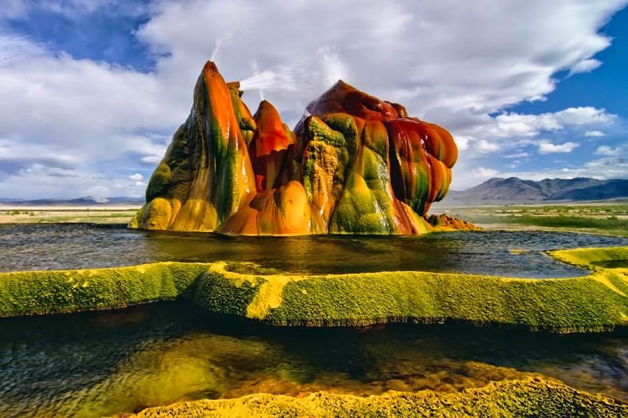 Иллюстрация на тему Гейзер Флай в американской Неваде - рукотворное чудо природы