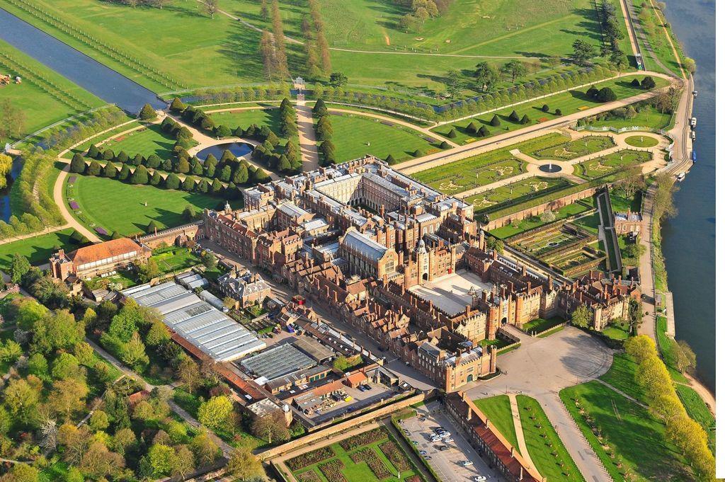 Иллюстрация на тему Средневековый дворец Хэмптон Корт в Лондоне: история и современность